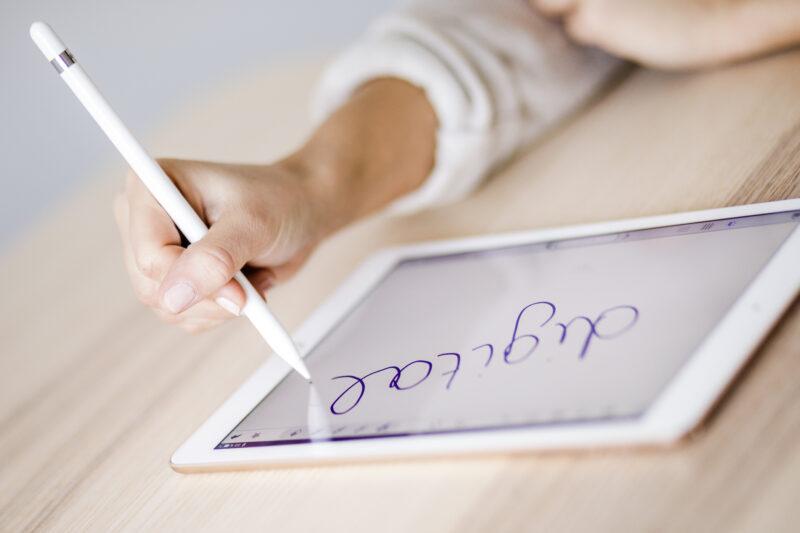 【プロが選ぶ】スタイラスペン・タッチペンおすすめ20選!筆圧感知や手をついたまま書けるモデルを解説(2021)